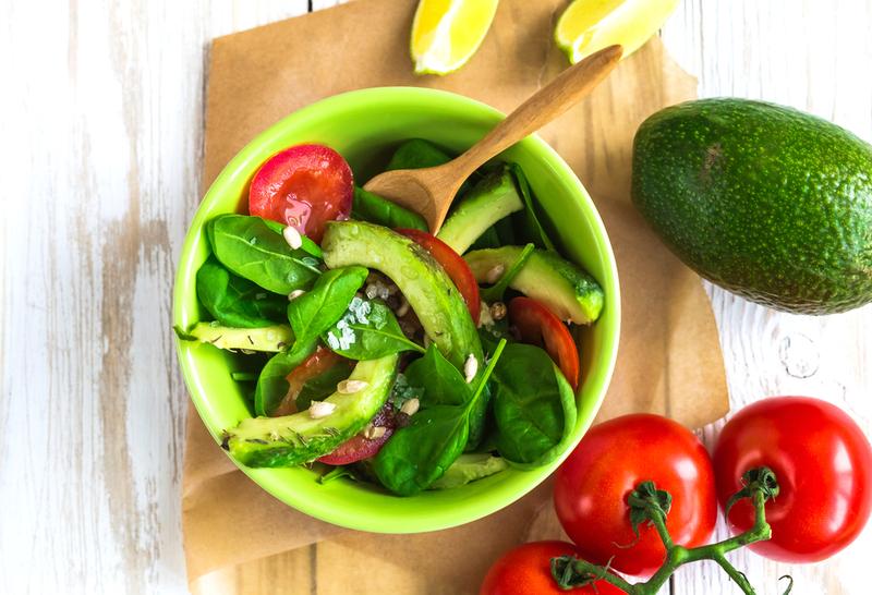 Салат с авокадо и помидорами огурцами