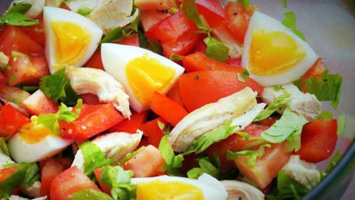 Салат с курицей и помидорами и яйцом рецепт с